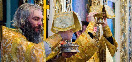 14 декабря за воскресной Божественной Литургией  проректор по учебной работе иеромонах Роман (Модин) призвал   прихожан к участию в социальном служении