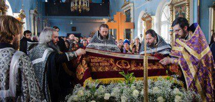 Святая Плащаница положена для поклонения верующих в семинарском