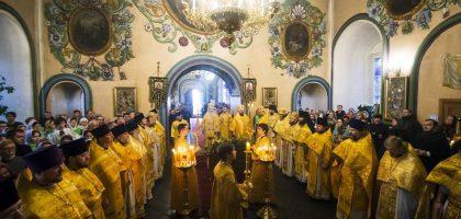 В день памяти святителя Иоанна Златоуста митрополит Феофан совершил Литургию в Петропавловском соборе Казани