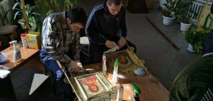 Воспитанники духовной семинарии и прихожане подготовили храм к празднику Пасхи