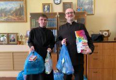 Студенты, находящиеся на самоизоляции в расположении семинарии, приняли подарки от преподавателя